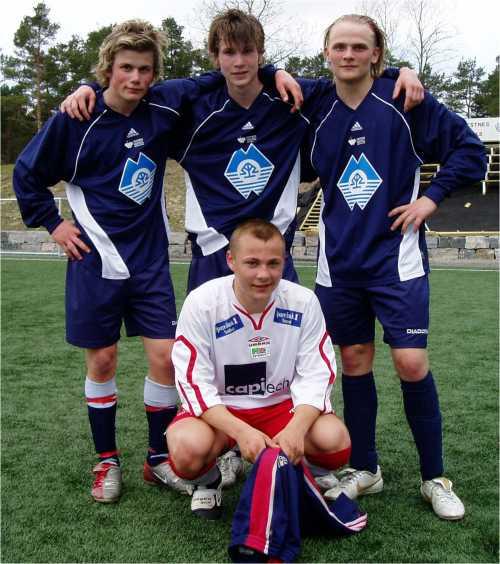 Bak fra venstre: Olav Hovde, Ørjan Tangen og Elling Olafsen fremme Gunnar Gjøstøl, AK