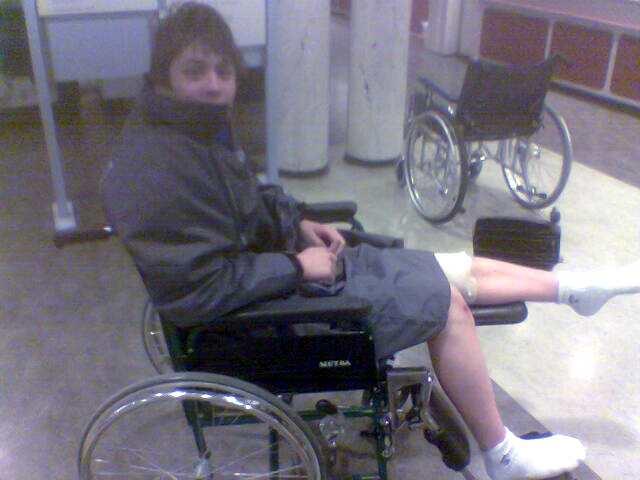 Tommy Kanishi i rullestol på sjukehuset.
